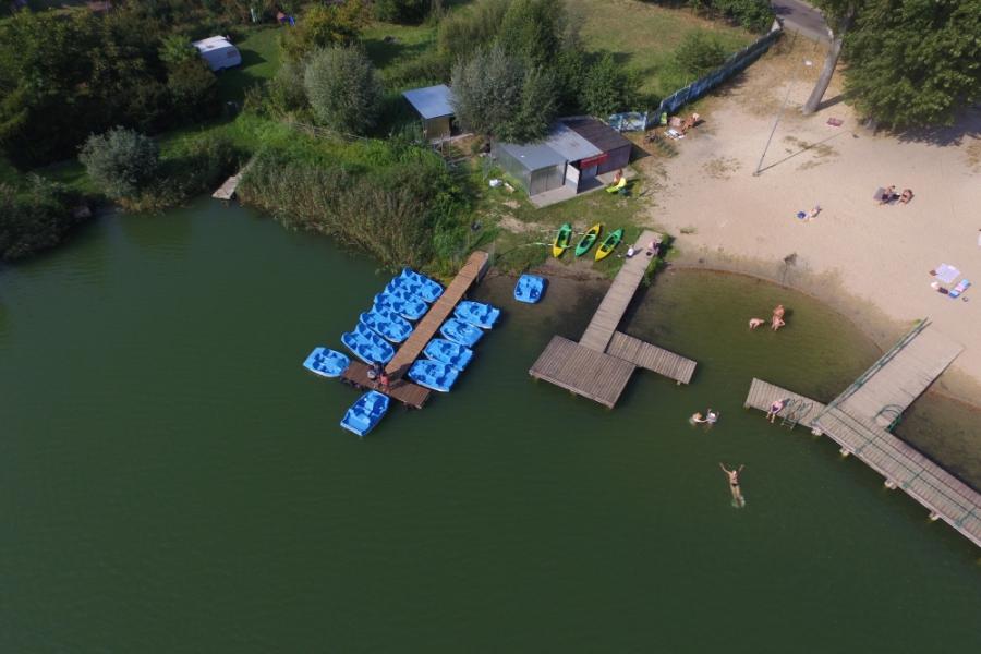 Wypożyczalnia sprzętu pływającego nad jeziorem w Kłodawie